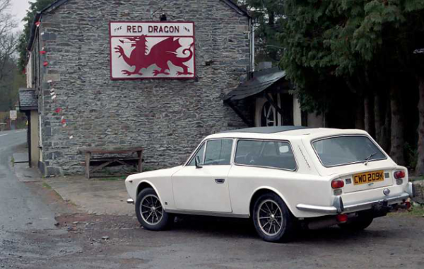 Gilbern_estate_in_front_of_Red_Dragon_pub_in_Wales.png